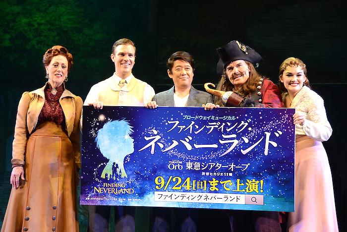 カレン・マーフィー、ビリー・タイ、坂上忍、ジョン・デイビッドソン、クリスティン・ドワイヤー(左から)