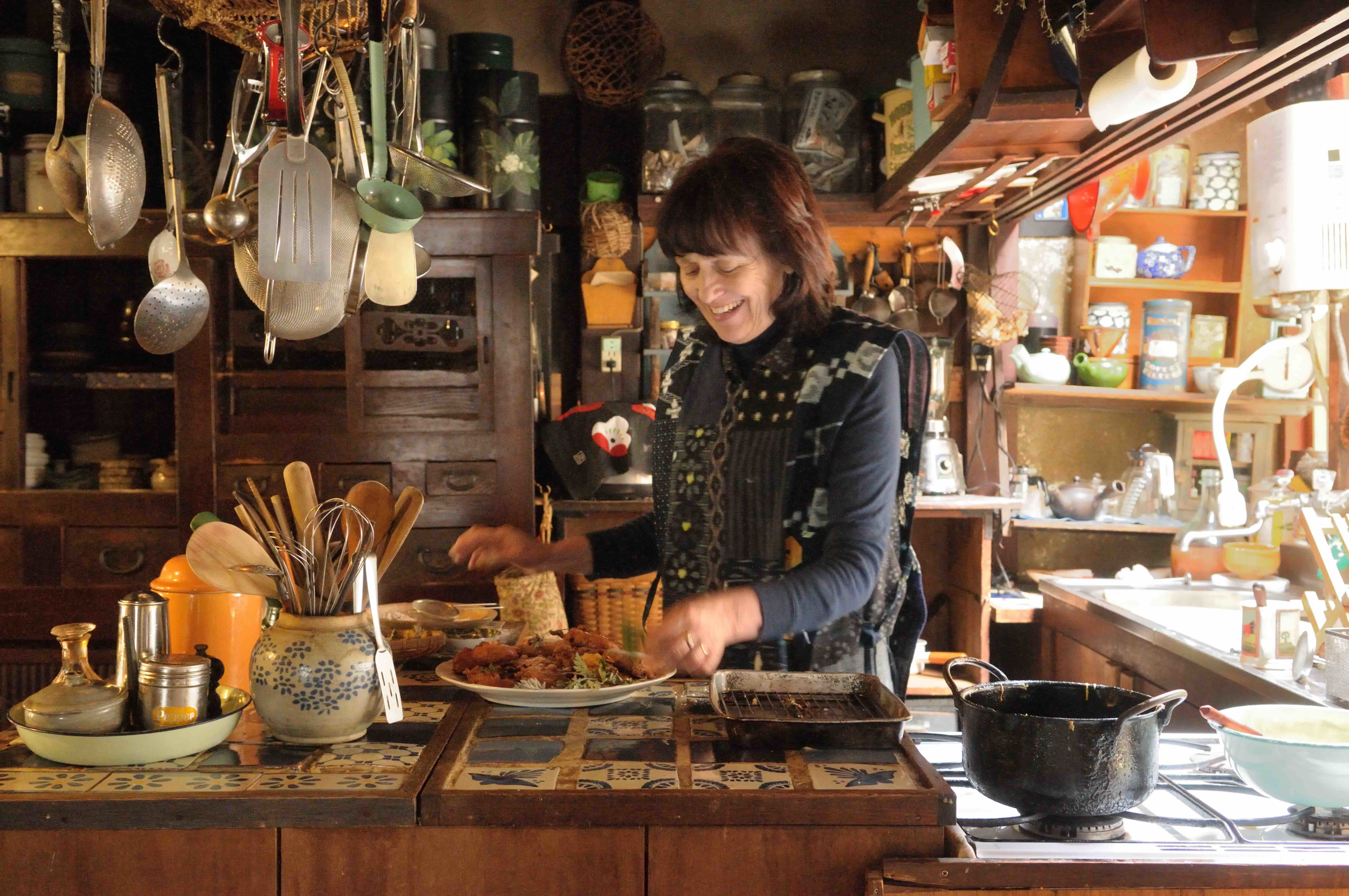 キッチンでアップルフリッターを作る 写真撮影=梶山 正