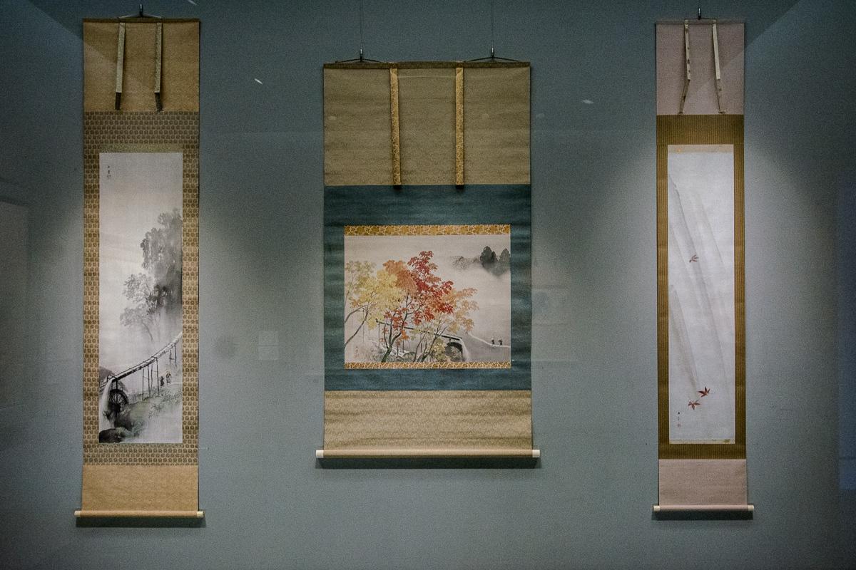 左から 川合玉堂《水声雨声》1951(昭和26)年頃 山種美術館、川合玉堂《渓雨紅樹》1946(昭和21)年 山種美術館、川端玉章《雨中楓之図》19-20世紀(明治時代) 山種美術館