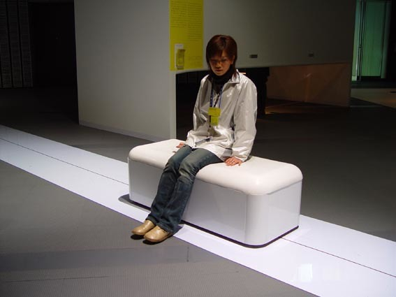 石黒猛《Slow Motion Bench》 2003 年(日本科学未来館)