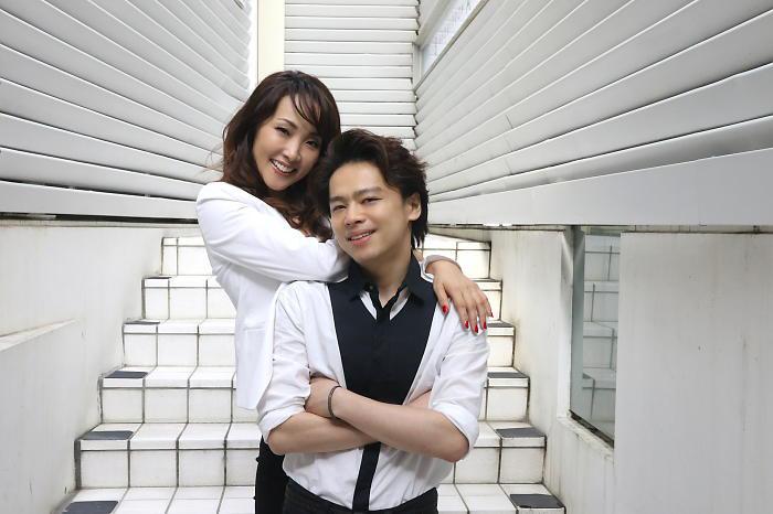 (左から)濱田めぐみ・中川晃教 (撮影:安藤光夫)