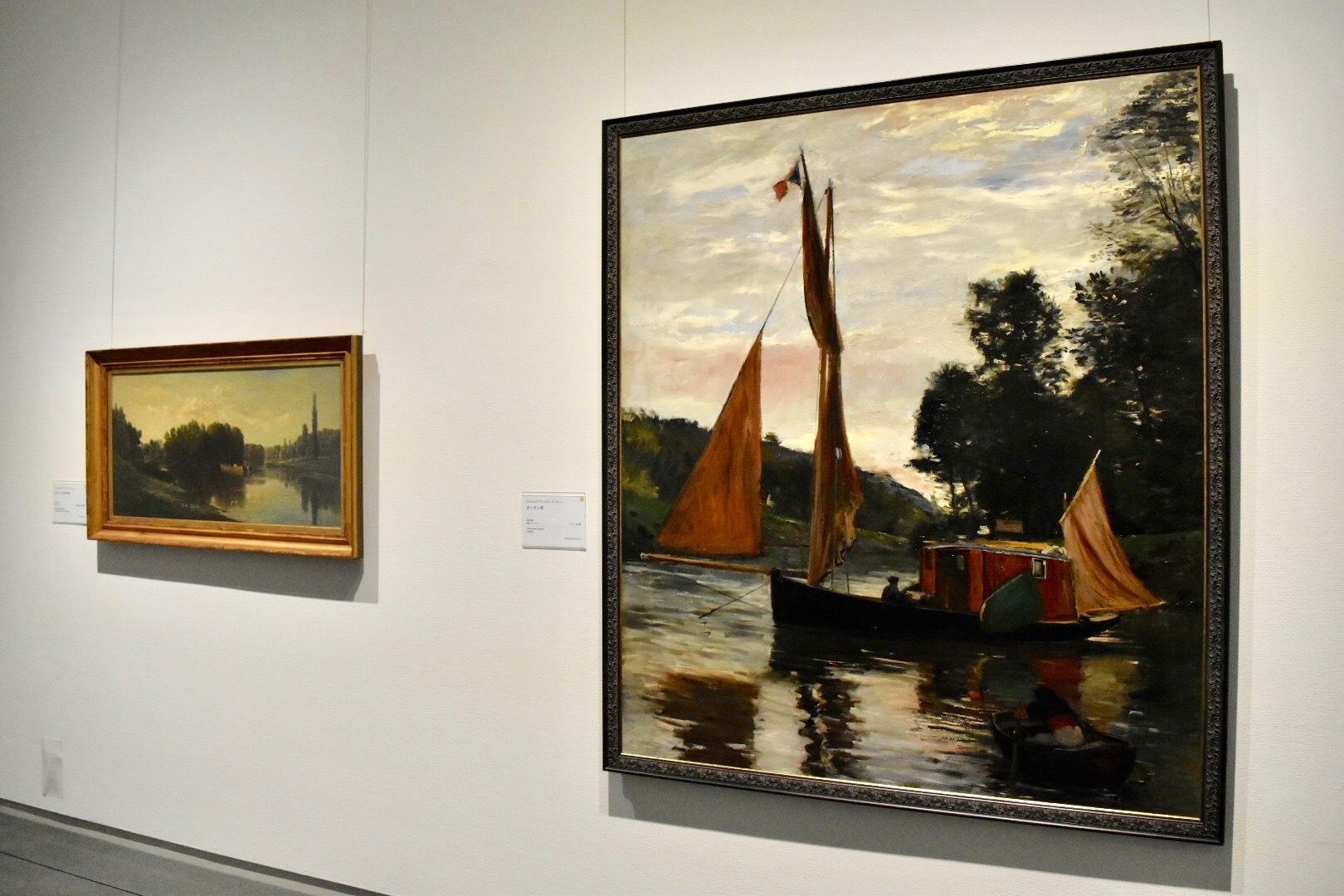 右:シャルル=フランソワ・ドービニー 《ボッタン号》 1869年頃 個人蔵 左奥:同画家 《オワーズ川の中州》 1860年頃 公益財団法人村内美術館蔵