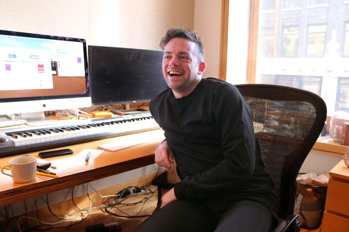 自身のスタジオにて語るニコ・ミューリー