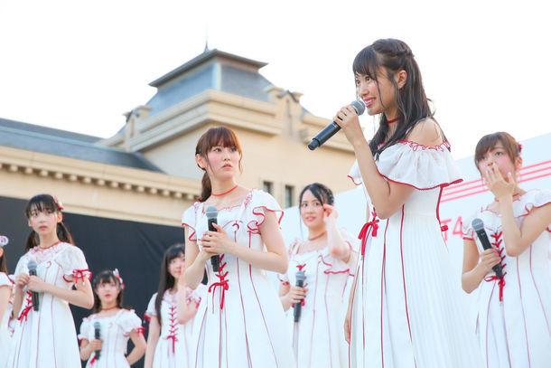 NGT48卒業を発表する北原里英(右から2番目)と、突然の発表に呆然とするNGT48メンバー。(c)AKS