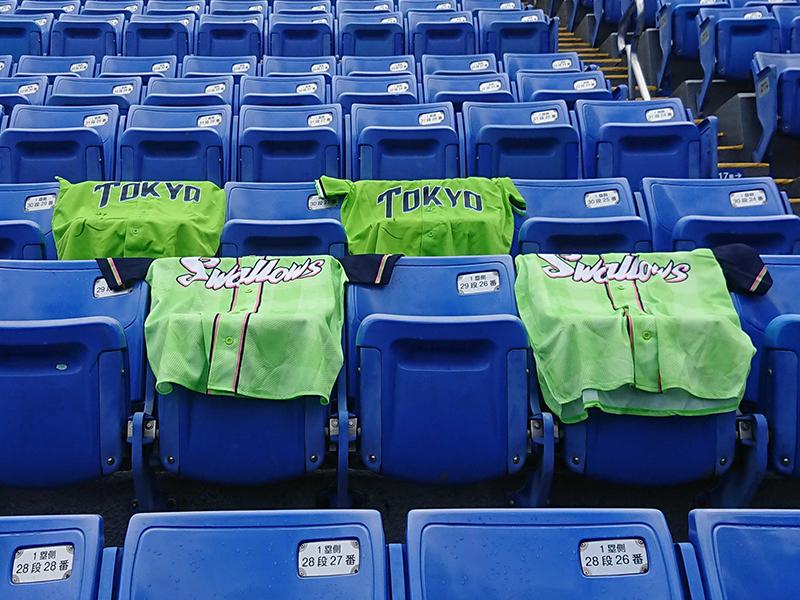 過去の「燕プロジェクト」でGetした「TOKYO燕パワーユニホーム」を、「空席に置いてほしい」と球団は呼びかけている