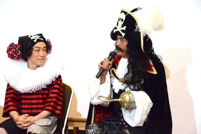 製作発表会見に臨む鶴見辰吾(右)と石井正則