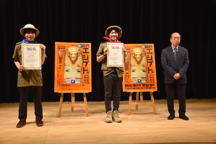 公式チューターのこうちゃん、伊沢拓司、小林副館長(左から)