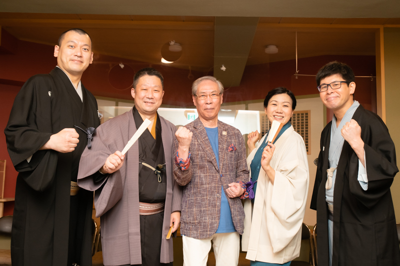 (左から)柳家小んぶ、宝井梅湯、オーナーの加藤伸氏、三遊亭遊かり、三遊亭天歌