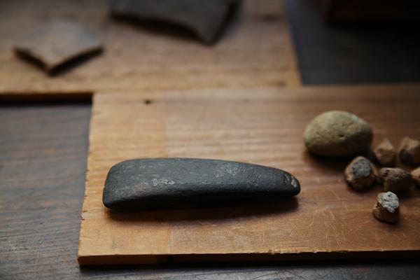 縄文時代の黒い石斧。手触りがいい。