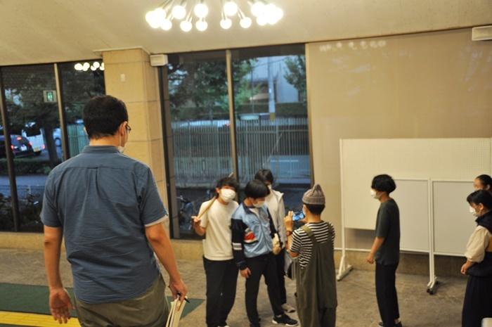俳優たちの演技を見守る上田誠(一番左)。