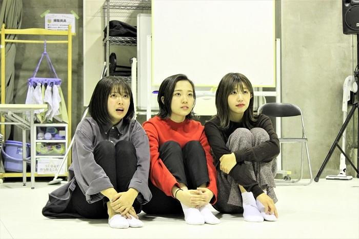 稽古の様子(左から寺本莉緒、秋谷百音、碓井玲菜)