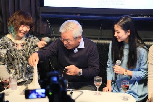第18回エンターテイメント部門新人賞を受賞した「スライムシンセサイザー」の実演を交えて活動を紹介するドリタさん(写真左)。青柳さん(中央)も不定形の「楽器」を体験