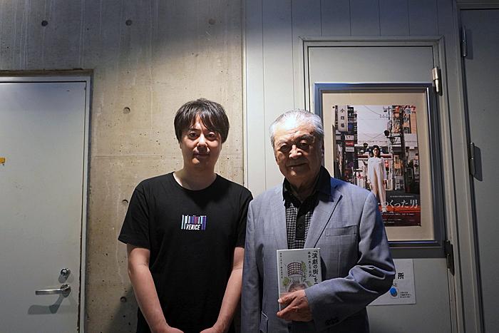 『演劇の街をつくった男』モデルの本多一夫(右)と脚本・演出の徳尾浩司