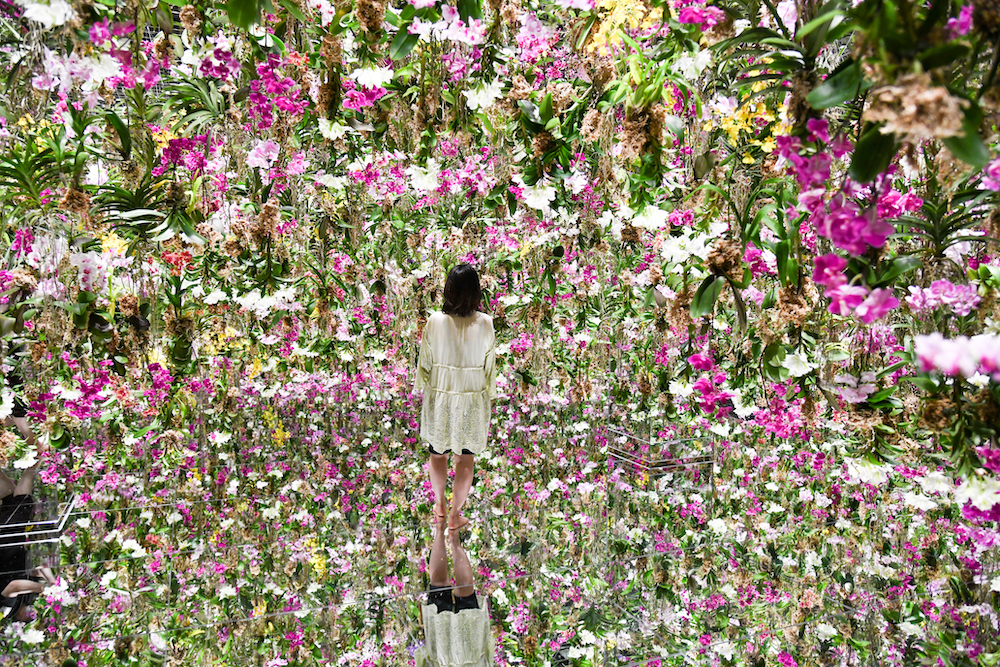 Floating Flower Garden: 花と我と同根、庭と我と一体 / Floating Flower Garden; Flowers and I are of the Same Root,  the Garden and I are One teamLab, 2015, Interactive Kinetic Installation, Endless, Sound: Hideaki Takahashi
