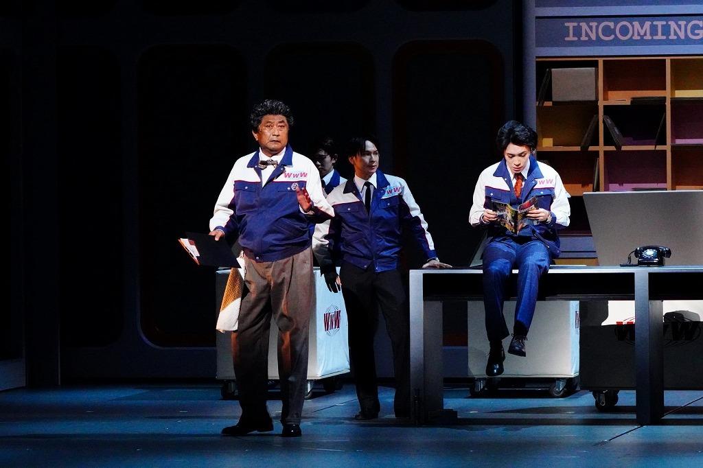 ミュージカル『ハウ・トゥー・サクシード』舞台写真 撮影:田中亜紀