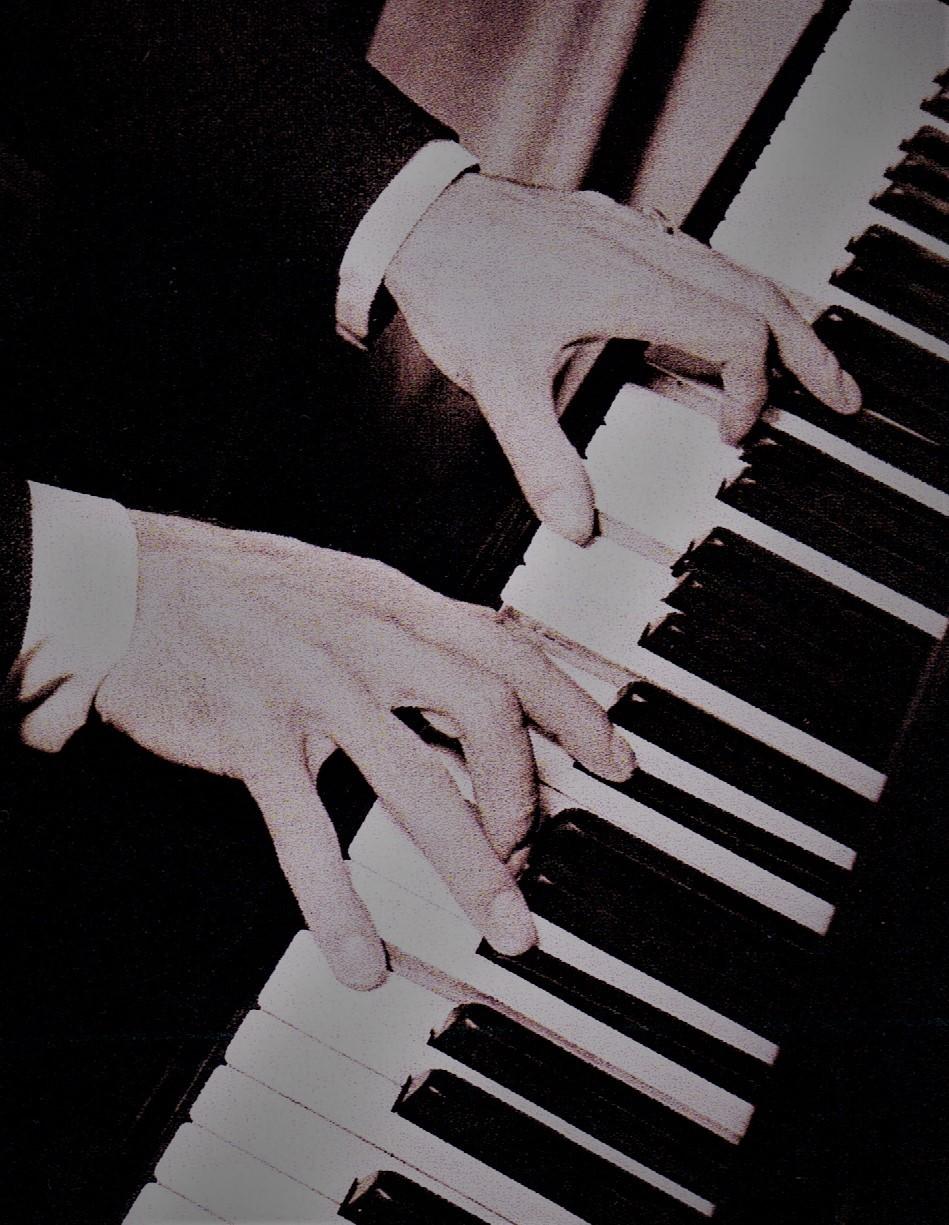 ピアノを演奏するジョージの手  Photo Courtesy of Michael Feinstein
