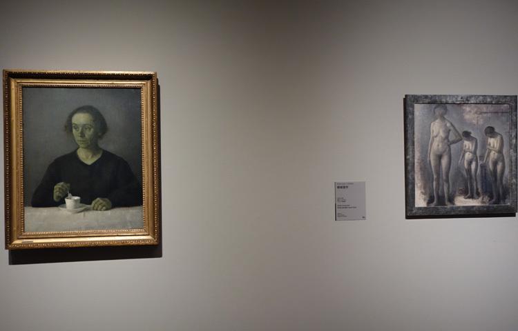 左:ヴィルヘルム・ハマスホイ《イーダ・ハマスホイの肖像》1907年 アロス・オーフース美術館 右:ヴィルヘルム・ハマスホイ《裸婦習作》1909–10年 マルムー美術館