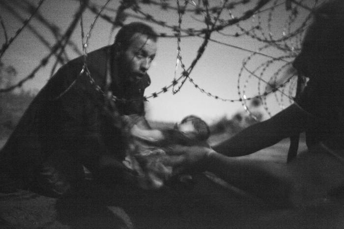 世界報道写真大賞 スポットニュースの部 単写真1位  ウォーレン・リチャードソン(オーストラリア)2015年8月28日 レスケ(ハンガリー南部)