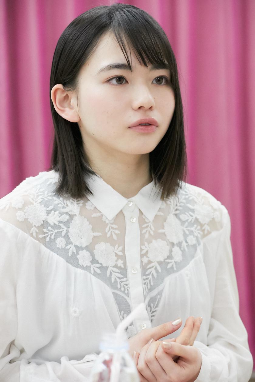 インタビュー中の山田杏奈