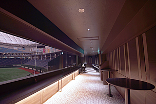 東京ドームホテル提供のビュッフェメニューなどが楽しめる、「バックスクリーンクラブ」の専用ラウンジエリア