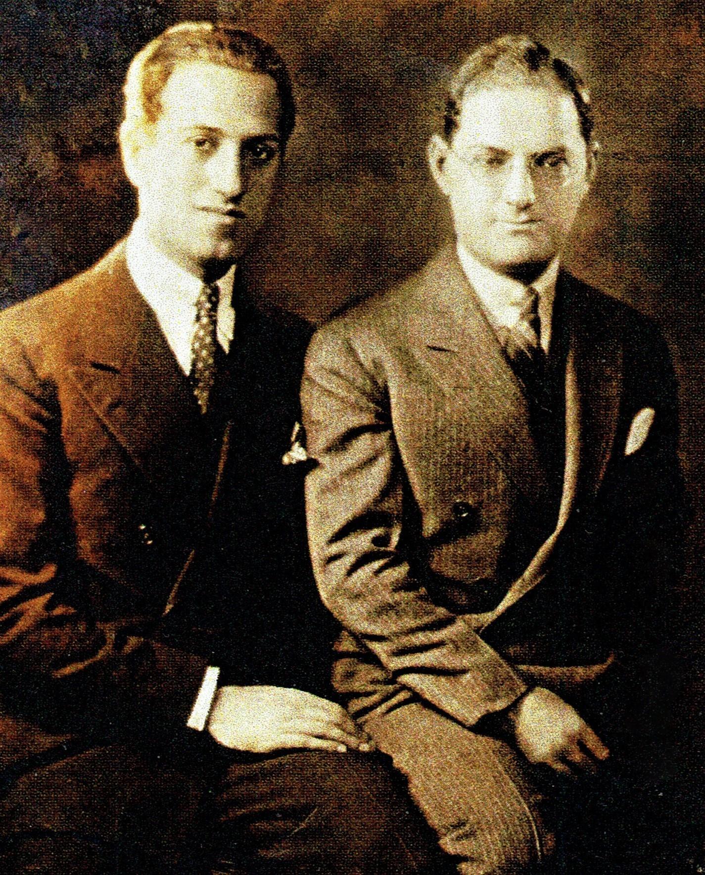 ジョージ・ガーシュウィン(左)と兄のアイラ・ガーシュウィン(1928年撮影)  Photo Courtesy of Michael Feinstein