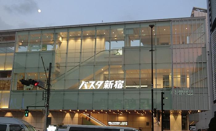 夕刻のバスタ新宿。ここからたくさんの旅が始まる。
