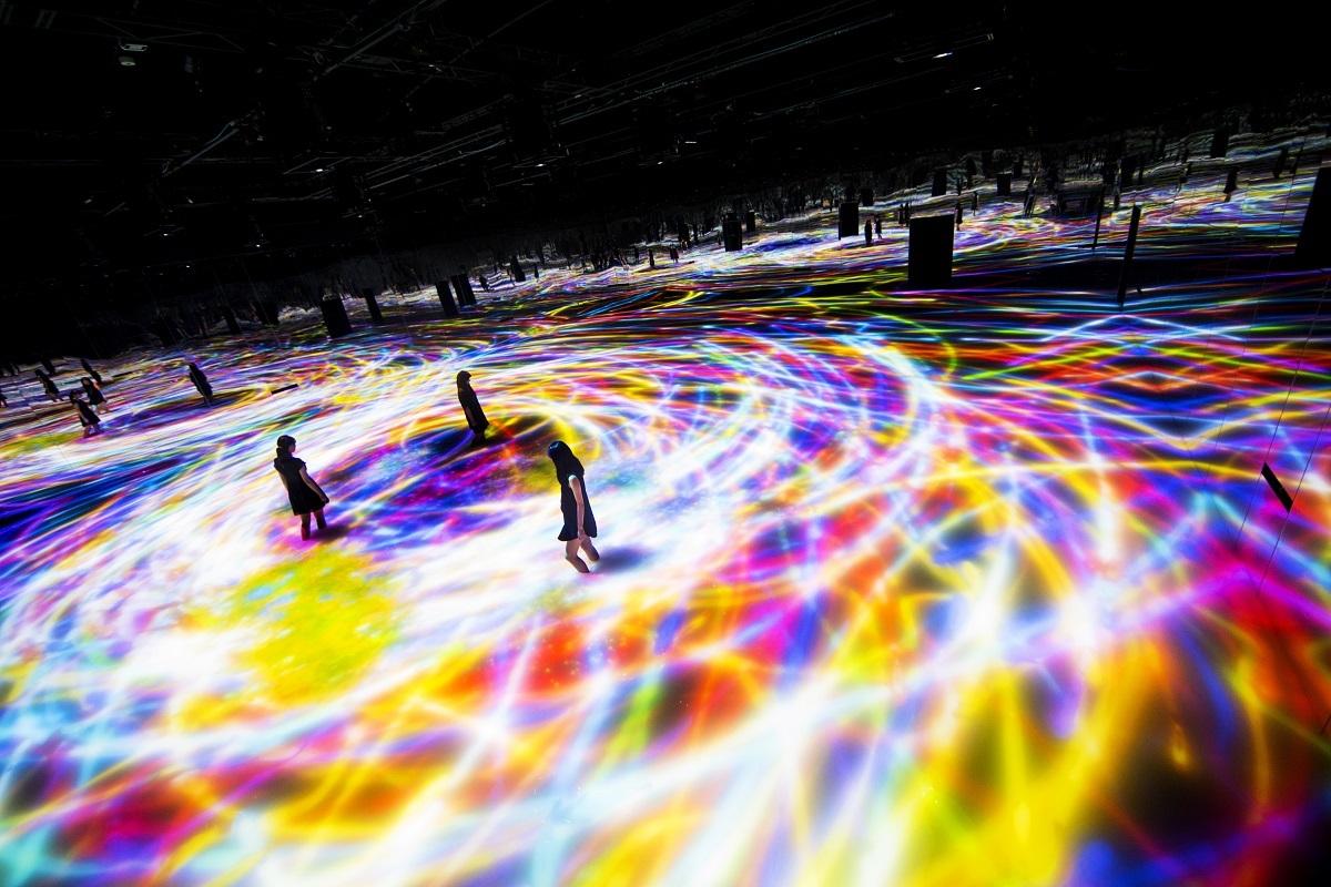 人と共に踊る鯉によって描かれる水面のドローイング - Infinity / Drawing on the Water Surface Created by the Dance of Koi and People - Infinity teamLab, 2016, Interactive Digital Installation, Endless, Sound: Hideaki Takahas