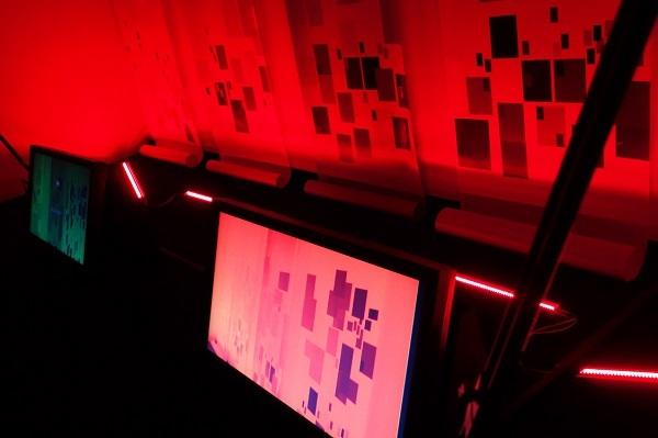 豊嶋康子《色調補正-1》(公開制作、府中市美術館)2005/インスタレーション/ 作家蔵[参考図版] Photo: Daisuke Awata