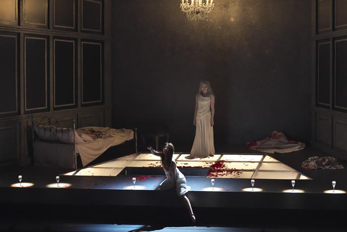 『ルチア~あるいはある花嫁の悲劇~』左:高橋維、右:田代真奈美 (撮影:長澤直子)