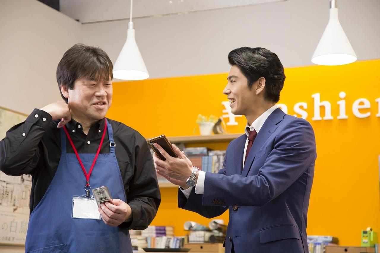 左・ショップ店員役の佐藤二朗、右・デュエリストの賀来賢人 (C)XFLAG