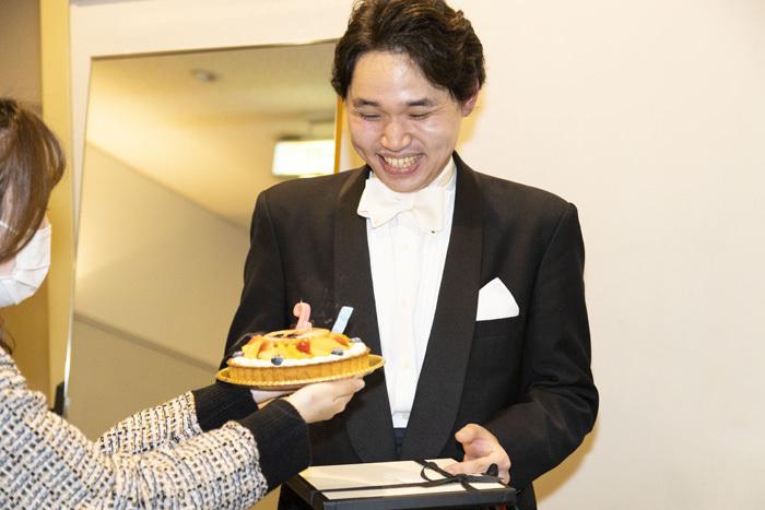 【おまけ】翌13日が28歳の誕生日だった髙木。終演後にはスタッフからケーキのサプライズが!