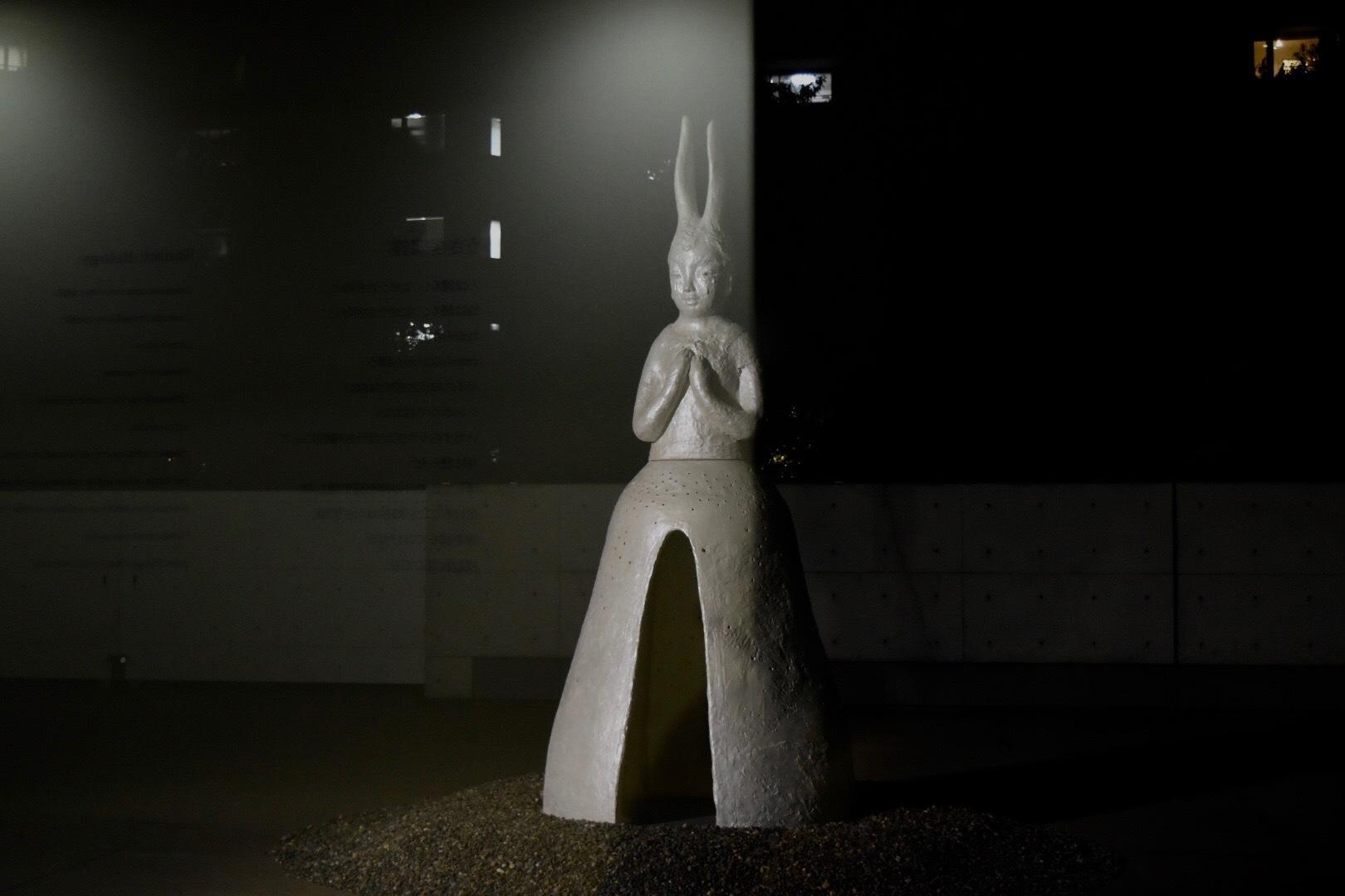 《うさぎ観音》 2012/14年 『イケムラレイコ 土と星 Our Planet』展 2019年 国立新美術館展示風景