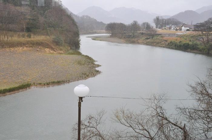 (上)[江原河畔劇場]2Fスタジオ。プレオープン時はまだリノベーション中だった。(下)2Fスタジオから見える円山川の風景。