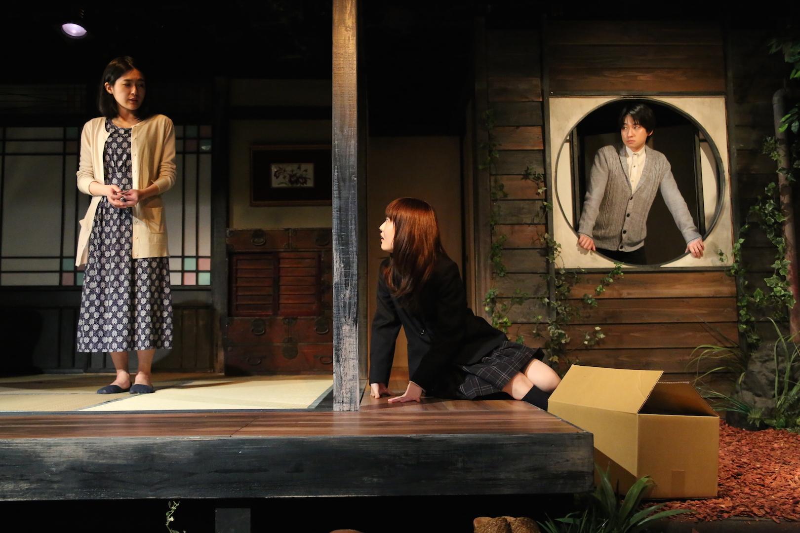 鵺的第10回公演『悪魔を汚せ』下北沢駅前劇場。左から、高橋恭子、福永マリカ、祁答院雄貴。 撮影/石澤知絵子