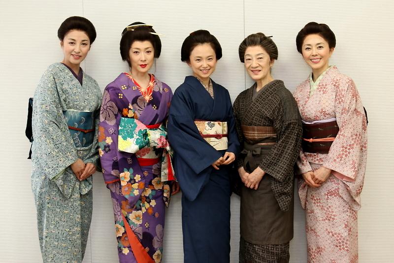 『頭痛肩こり樋口一葉』(左から)愛華みれ、若村麻由美、永作博美、三田和代、熊谷真実