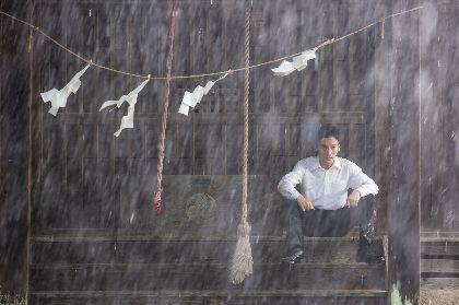 草彅剛が中村倫也と衝突?鼻血を流し、首にコルセットを装着したカットも 映画『台風家族』場面写真15点を一挙公開
