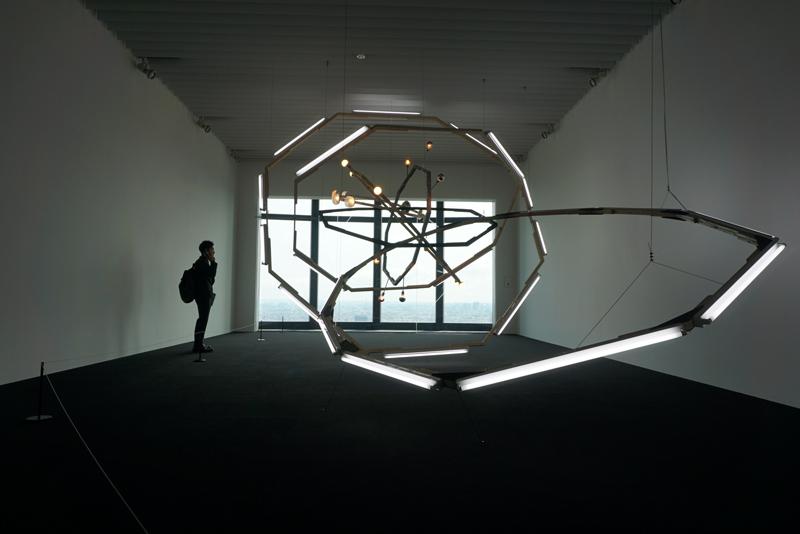 ビョーン・ダーレム 《ブラックホール(M-領域)》 2008年/木、スチール、蛍光灯、電球、塗料/450×500×900cm