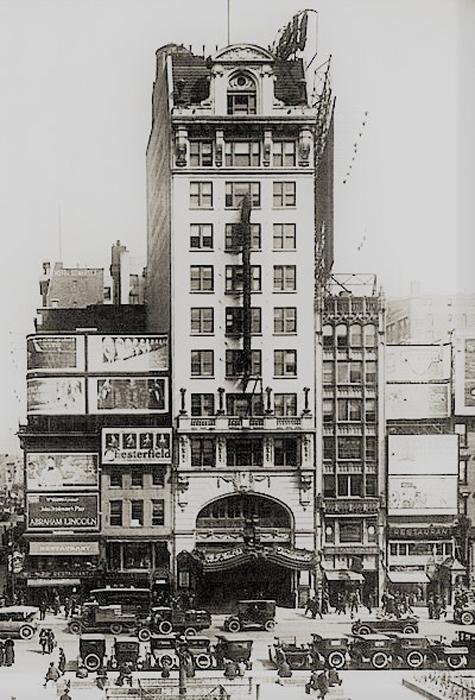 ヴォードヴィル劇場だった頃のパレス劇場(1920年)。 1966年からミュージカルを上演し、『ラ・カージュ・オ・フォール』(初演/1983年)や、『美女と野獣』(1994年)などがロングランを記録した。