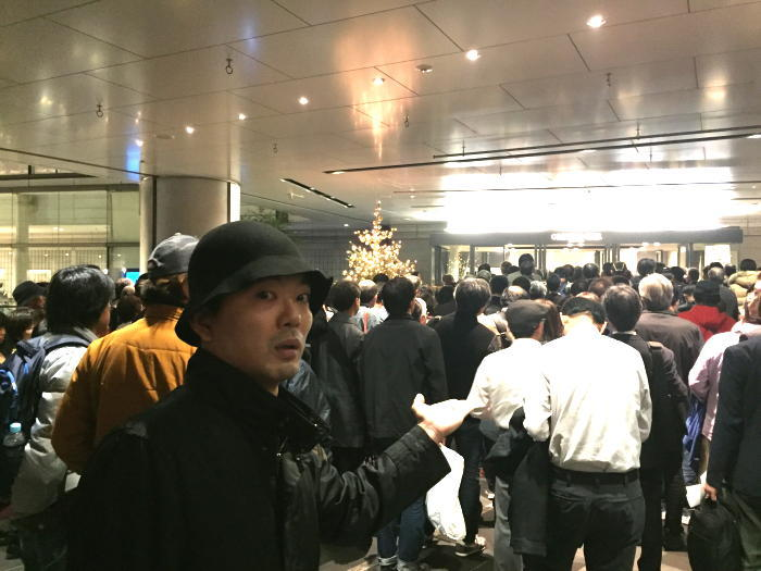 YESの公演会場・オーチャードホールに到着した筆者・高木大地(金属恵比須)