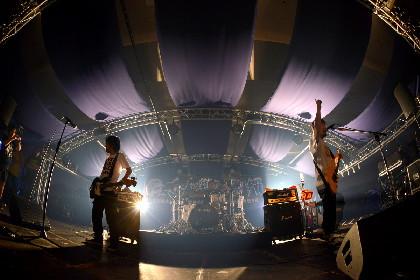 【OVER ARM THROW・山人音楽祭 2018】怒濤のメロディック・ナンバー乱れ撃ちの豪放ライブを展開