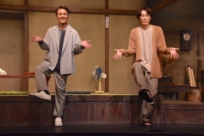 (右から)越岡裕貴(ふぉ〜ゆ〜)と室龍太。「関西っぽい」ポーズとのことだ(笑)