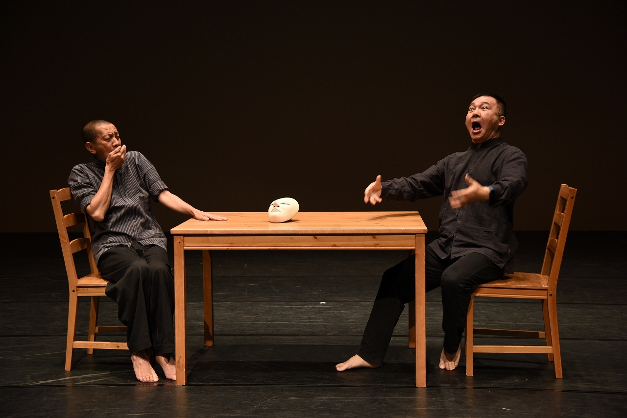 『南への旅』(リュウ・シャオイ演出)左から、ディディ・ニニ・トウォ、ワン・ビン。 撮影/宮内勝