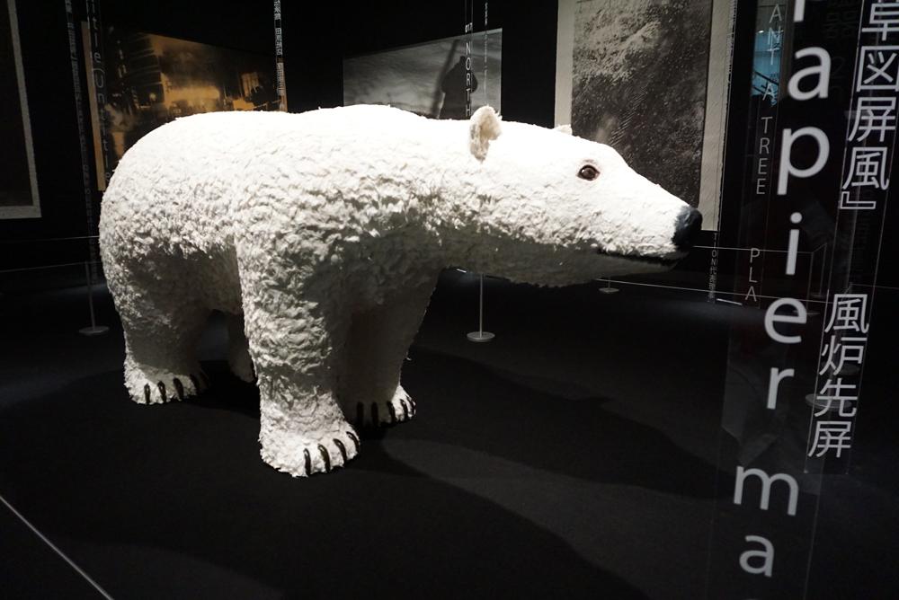 「Life size polar bear in papier mache」橋本彰一、片山正通、NIGO 2011年 一般財団法人 TAKE ACTION FOUNDATION蔵 ©Junichi Takahashi