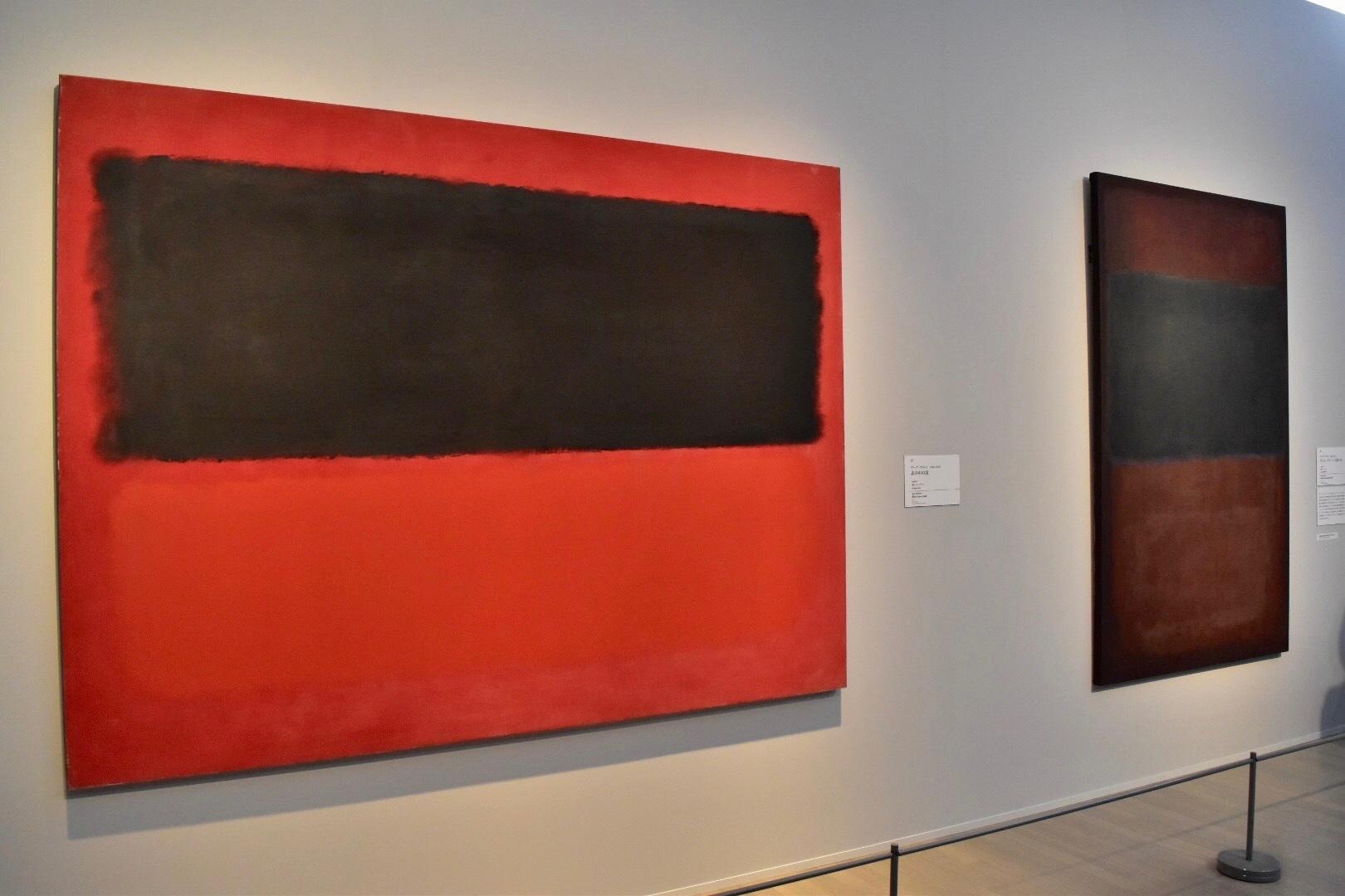 左:マーク・ロスコ 《赤の中の黒》1958年 東京都現代美術館 右:マーク・ロスコ 《ボトル・グリーンと深い赤》1958年 大阪新美術館建設準備室
