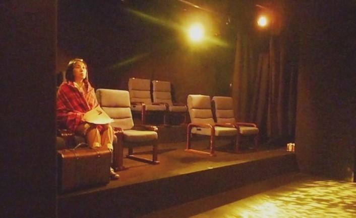 缶の階『椅子に座る女/椅子を並べる男』(2014年)