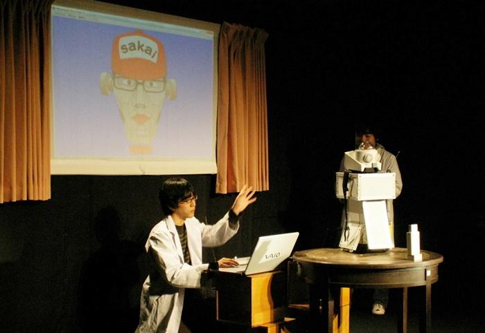 「AI方」を披露する酒井善史(2008年)。ボケの言葉をランダムに発するAI方に向かって、酒井がツッコミを入れるというスタイル。 [撮影]吉永美和子