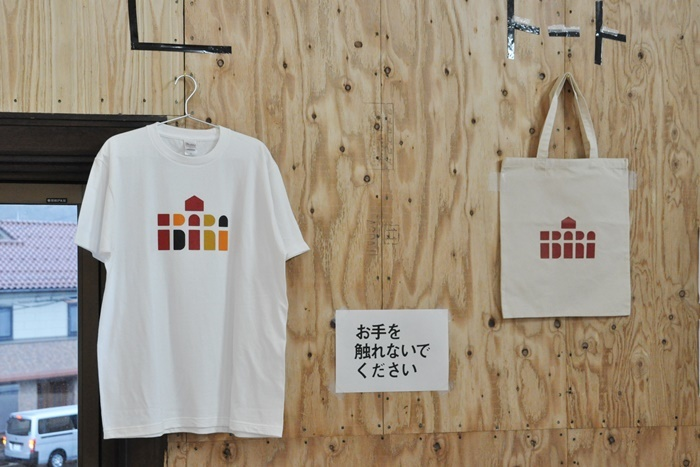 [江原河畔劇場]グッズ。現時点ではTシャツとトートバッグを販売。