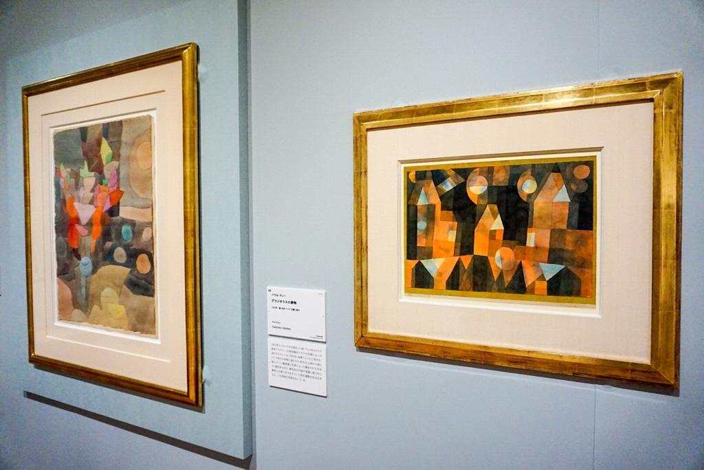 (手前)パウル・クレー《橋の傍らの三軒の家》1922年 宮城県美術館蔵