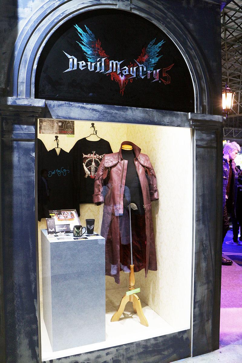 コートや小物アイテムなども展示されている/撮影:梅田勝司