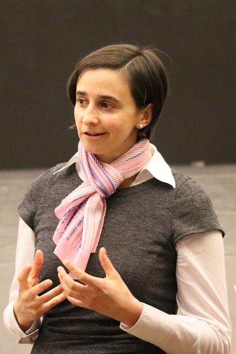 エヴァ=マリア・アベライン(演出補)によるレクチャーは作品の前史から始まった